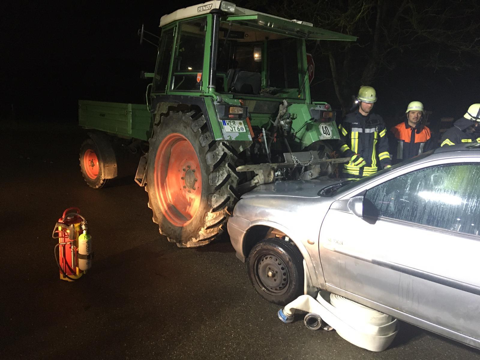 Blick auf das Übungsszenario: Technische Hilfeleistung (THL) bei einem Verkehrsunfall. Übungsobjekt: ein Schrottauto (Opel Corsa) das auf einen Traktor aufgefahren ist.