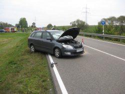 Beschädigter Skoda nach Verkehrsunfall auf der St 2033 bei Rieblingen.