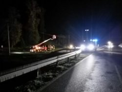 Baum auf Freileitung zwischen Rieblingen und Asbach. Feuerwehr leuchtet die Einsatzstelle aus.