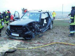Stark beschädigter Mercedes nach Zusammenstoß mit entgegenkommendem Fahrzeug. Foto: Feuerwehr Langweid
