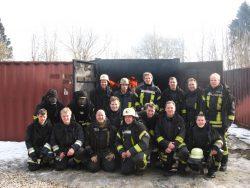 Garantiert nicht durchgefroren: Die Gruppe nach den Durchgängen im Brandcontainer.