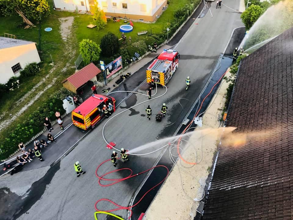 Bild aus dem Rettungskorb der Drehleiter (Freiwillige Feuerwehr Wertingen). Blick auf das Gasthaus Adler in der Ortsmitte von Rieblingen. Foto: Stefan Büller