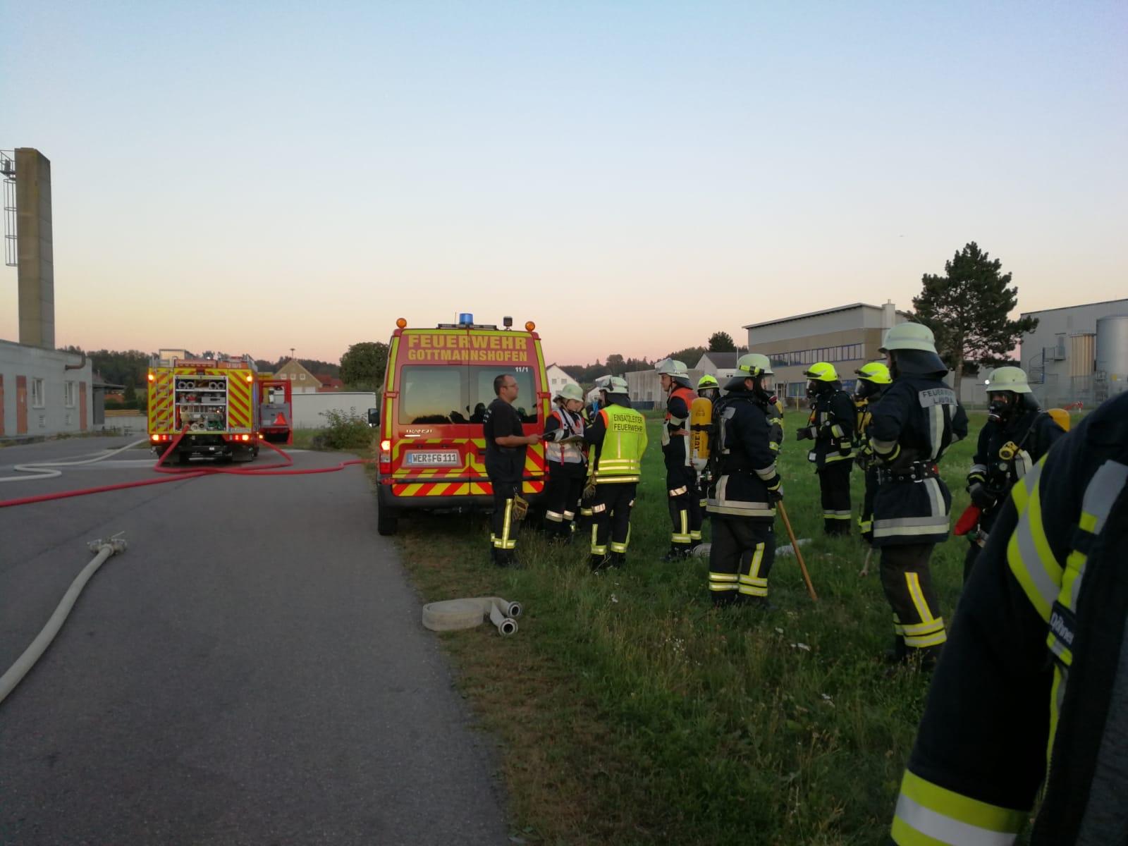 Atemschutz-Sammelstelle und Einsatzleitung am MZF der FF Gottmannshofen.