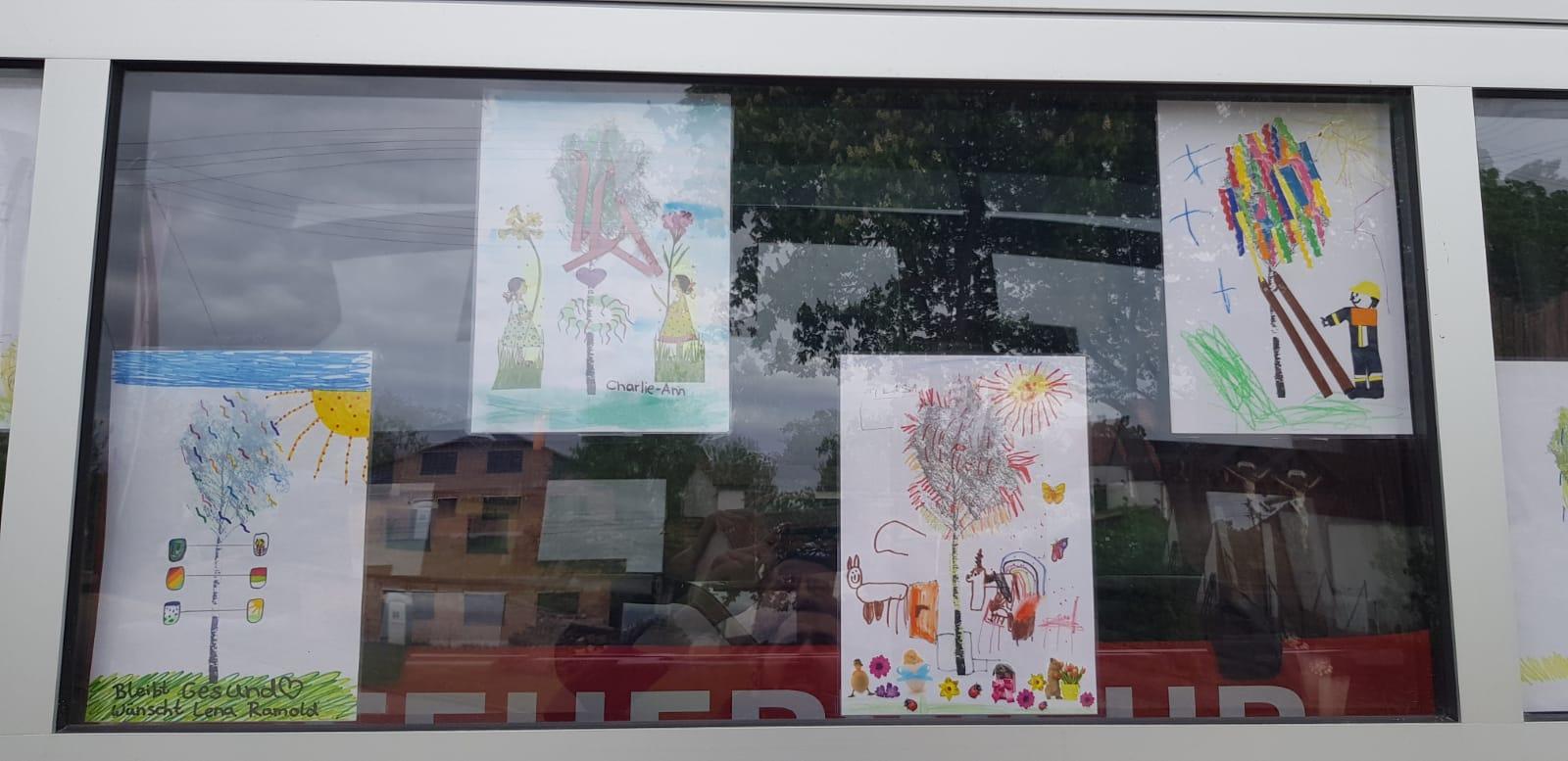 Von Rieblinger Kindern gemalte Wunsch-Maibäume, weil kein echter aufgestellt werden durfte.