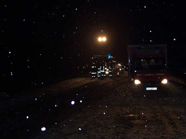 Verkehrsunfall bei winterlichen Straßenverhältnissen auf der St2033