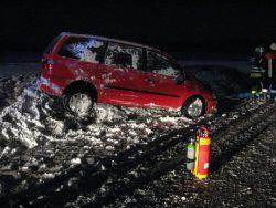 Rotes Fahrzeug hat sich an der schneebedeckten Böschung überschlagen, steht aber wieder auf den Rädern.
