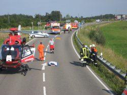 Rettungshubschrauber steht auf Staatsstraße.