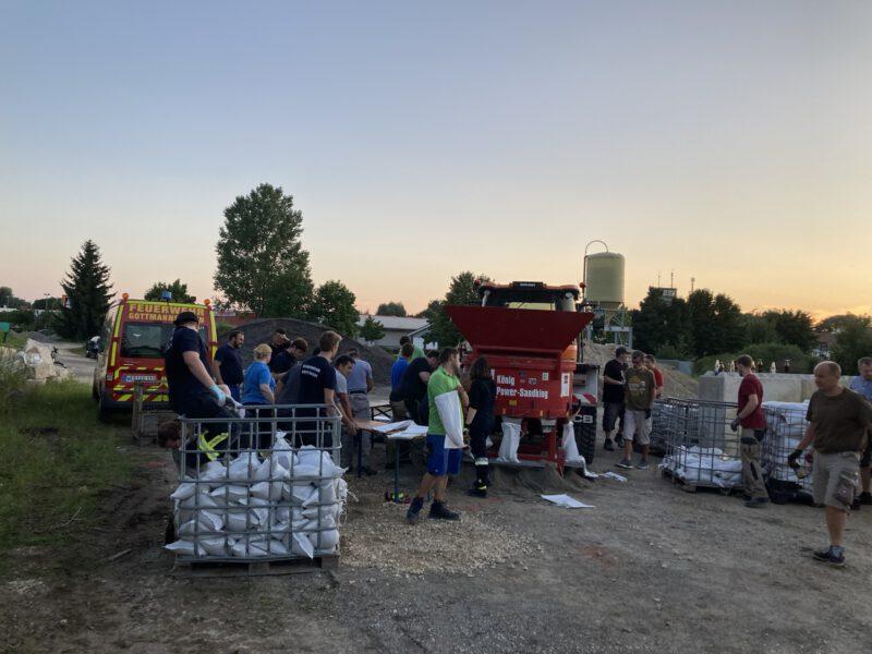 Sandsäcke füllen auf dem Gelände des Wertinger Betriebshofes.