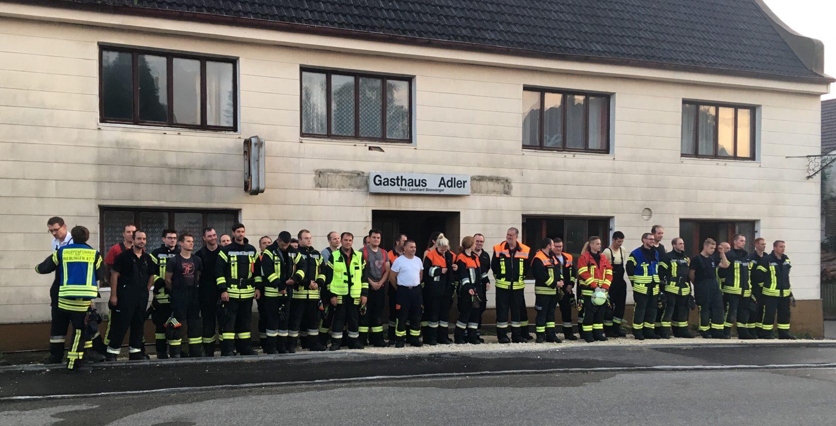 Gruppenbild: Nach der Einsatzübung stellen sich alle beteiligten Einsatzkräfte vor dem Übungsobjekt Gasthaus Adler auf.