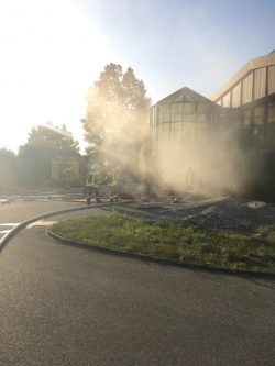 (Künstlicher) Rauch dringt aus dem Gebäude des Bauhofs der Stadt Wertingen.