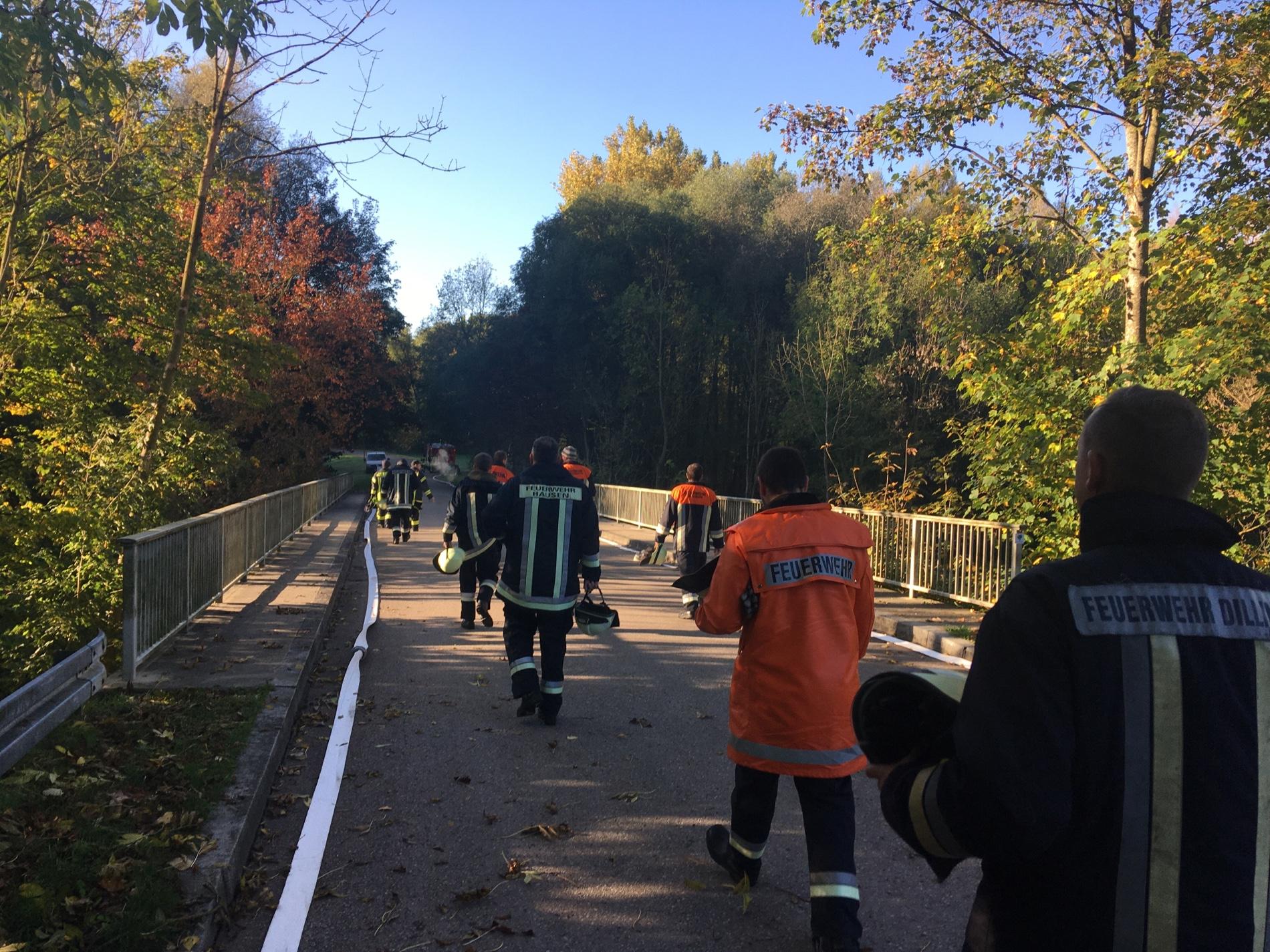 An der Brenz in Faimingen wurde praktisch geübt. Mehrere Feuerwehrleute laufen auf einer Brücke über den Fluss Brenz in Faimingen.