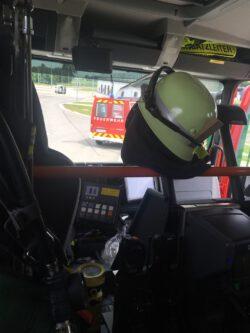 Blick aus dem Feuerwehrauto auf ein anderes Feuerwehrauto.