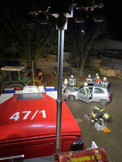 Blick vom Dach des MLF Florian Rieblingen 47/1 auf das Übungsszenario: Technische Hilfeleistung (THL) bei einem Verkehrsunfall. Übungsobjekt: ein Schrottauto (Opel Corsa).